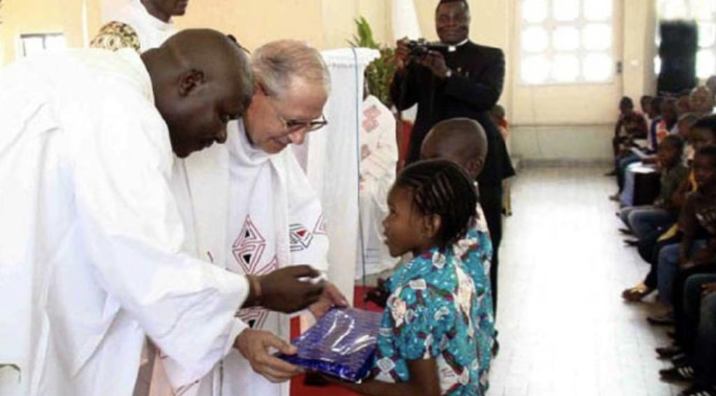Le père Nicolás célébrant la messe à la paroisse du Sacré Cœur dans la République démocratique du Congo en 2011